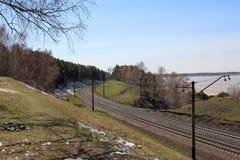 铁路通过沿河岸的小山 库存照片