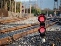铁路颜色航行灯闪动的红色中止点燃与fe 库存照片