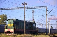 铁路风景 站立在路轨的许多有轨电车和坦克 在木杆的播音垫铁扩音机在蓝色sk 免版税库存照片