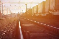 铁路风景 站立在路轨的许多有轨电车和坦克 免版税库存照片
