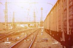 铁路风景 站立在路轨的许多有轨电车和坦克 免版税库存图片