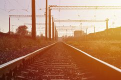 铁路风景 站立在路轨的许多有轨电车和坦克 库存图片
