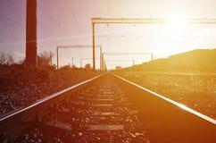 铁路风景 站立在路轨的许多有轨电车和坦克 图库摄影