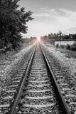铁路,火光的长度的看法增加了,有选择性的focusmeanThere光在隧道尽头,成功方式 免版税库存图片