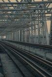 铁路,铁路温暖的光和葡萄酒上色口气 库存图片