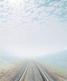铁路去有雾的天际 免版税库存图片