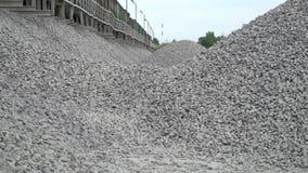 铁路 被击碎的石头的运输由铁路 卸载铁路平台 股票录像