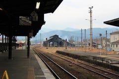 铁轨和一个平台在驻地在Hitoyoshi市,宁可熊本,日本 免版税库存照片