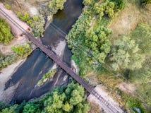 铁轨和河鸟瞰图 免版税库存图片
