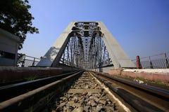 铁轨和钢桥梁在缅甸 库存照片