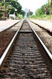 铁轨在火车站时,空的平台等待火车货箱,旅游业旅途 库存图片