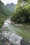 铁轨横穿密林和Urubamba河, connectin 库存照片
