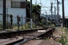 铁轨通过都市社区 免版税库存照片