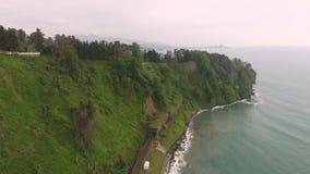铁轨鸟瞰图沿海岸,巴统庭院的美好的本质的 股票录像