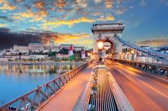 铁锁式桥梁、王宫和多瑙河在布达佩斯 免版税图库摄影