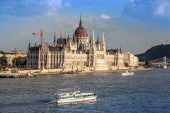 铁锁式桥梁和匈牙利议会,布达佩斯,匈牙利 免版税库存照片