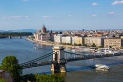 铁锁式桥梁和多瑙河在布达佩斯 图库摄影