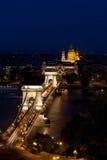 铁锁式桥梁和大教堂布达佩斯匈牙利夜 库存图片
