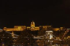 铁锁式桥梁和布达城堡在背景中在晚上 免版税图库摄影