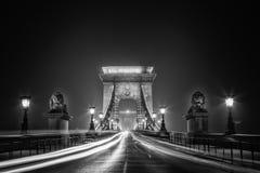 铁锁式桥梁和晚上交通 免版税库存照片