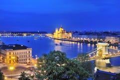 铁锁式桥梁和河多瑙河在布达佩斯在晚上 库存图片