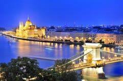 铁锁式桥梁和河多瑙河在布达佩斯在晚上 图库摄影