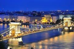 铁锁式桥梁和河多瑙河在布达佩斯在晚上 免版税库存照片