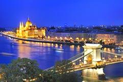 铁锁式桥梁和河多瑙河在布达佩斯在晚上 库存照片