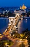 铁锁式桥梁和Danbue晚上,布达佩斯 库存照片
