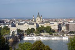 铁锁式桥梁和Gresham宫殿,布达佩斯,匈牙利 免版税库存图片