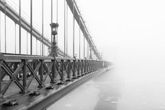 铁锁式桥梁在一个有雾的早晨,布达佩斯 免版税库存照片