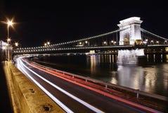 铁锁式桥梁在与轻的足迹的夜 免版税库存照片