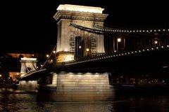 铁锁式桥梁在夜之前在布达佩斯 库存照片