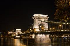 铁锁式桥梁在夜间的布达佩斯匈牙利 免版税库存照片
