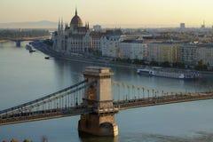 铁锁式桥梁在布达佩斯早晨 免版税库存照片