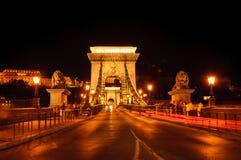 铁锁式桥梁在布达佩斯,匈牙利在晚上 它是横跨多瑙河的第一座永久桥梁在布达佩斯 免版税图库摄影