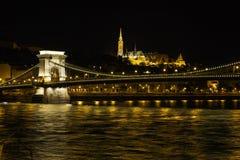 铁锁式桥梁在布达佩斯,匈牙利,在晚上 库存图片