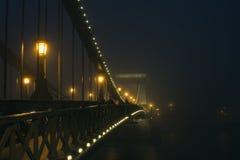 铁锁式桥梁在布达佩斯,匈牙利,雾,平衡点燃 图库摄影