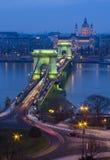 铁锁式桥梁在布达佩斯,日落的匈牙利 免版税库存照片