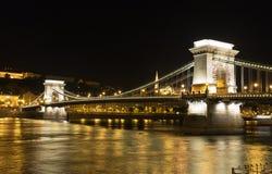 铁锁式桥梁在晚上在布达佩斯 库存照片