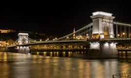 铁锁式桥梁在晚上在布达佩斯 免版税库存照片