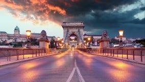 铁锁式桥梁在晚上时间间隔的布达佩斯 股票录像