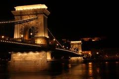 铁锁式桥梁在晚上 免版税库存照片