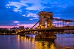 铁锁式桥梁在黎明在布达佩斯,匈牙利 图库摄影