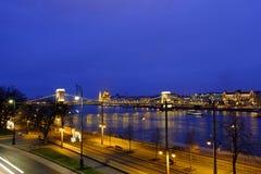 铁锁式桥梁布达佩斯和议会大厦的夜视图在布达佩斯视图的在匈牙利 库存图片
