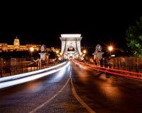 铁锁式桥梁布达佩斯在晚上 图库摄影