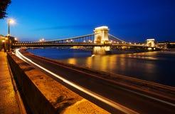 铁锁式桥梁布达佩斯,匈牙利在晚上 库存图片
