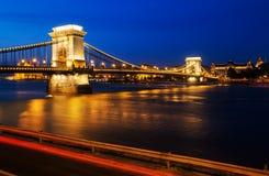 铁锁式桥梁布达佩斯,匈牙利在晚上 库存照片