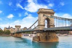 铁锁式桥梁的美丽的景色在多瑙河的在布达佩斯,匈牙利 免版税库存照片