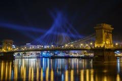 铁锁式桥梁的美好的照明在布达佩斯在晚上 图库摄影